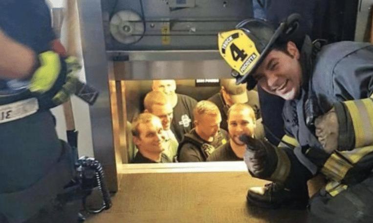 Brandweer maakt selfie met politieagenten die vastzitten in de lift