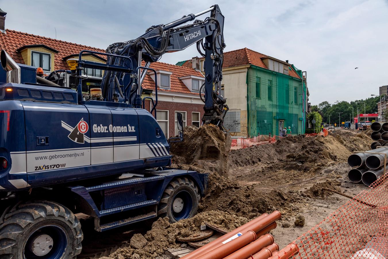 Aannemingsbedrijf Oomen wil zijn personeel niet blootstellen aan de stank die uit het slooppand aan de Halsterseweg komt.