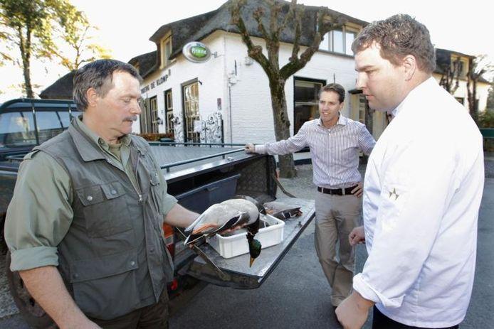 Freek Kutterik levert de buit van één avond jagen, 20 eenden, af bij kok Bert Halman en Gert Jan van Lochem van De Klomp. foto Tom van Dijke