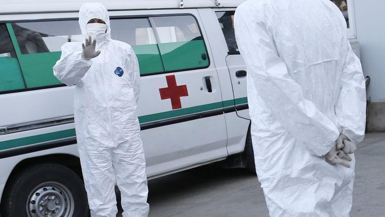 Medisch personeel staat klaar op het vliegveld van Pyongyang, hoewel ebola nergens in de wijde omtrek van Noord-Korea is opgedoken. Beeld ap