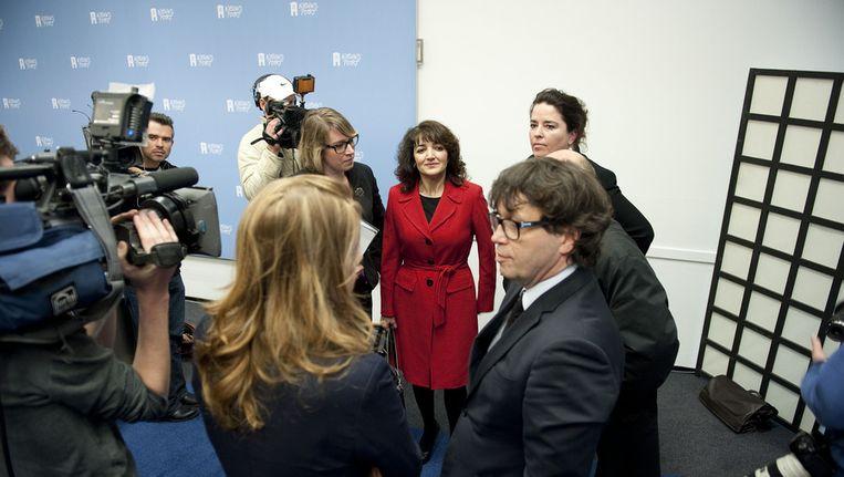 Albayrak (in het rood) voorafgaand aan de persconferentie die zij gaf in Nieuwspoort in reactie op het rapport-Scheltema, 19 april. Beeld ANP