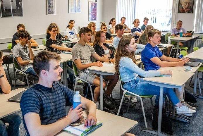 Leerlingen van een middelbare school krijgen les. Niet alleen in de Nederlandse les moet het beheersen van de Nederlandse taal aandacht krijgen.