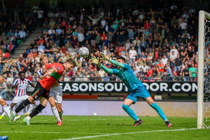 Keeper Connor van den Berg is sneller bij de bal dan Ole Romeny, vorig seizoen door Willem II gehuurd van NEC en nu terug bij de Nijmeegse club.