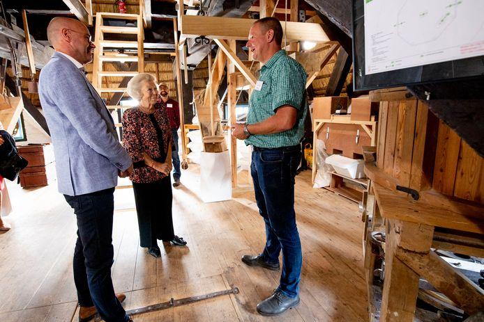 Prinses Beatrix tijdens de opening van molen De Vlijt in Zuidwolde.