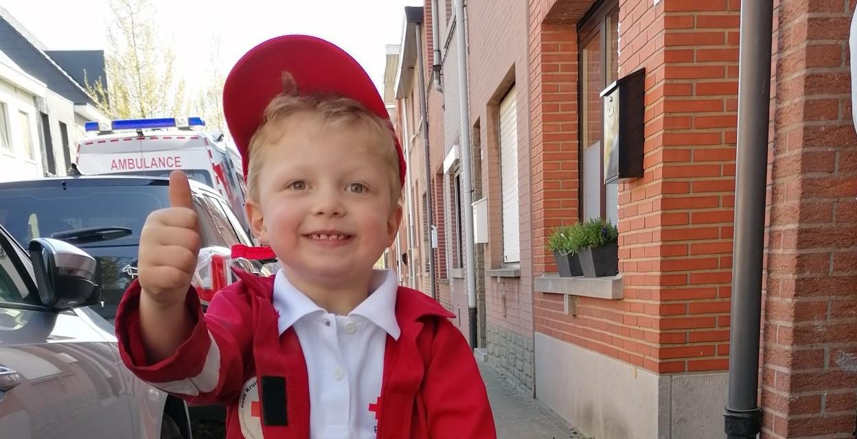 De vierjarige Nelles, mascotte van het Herentalse Rode Kruis