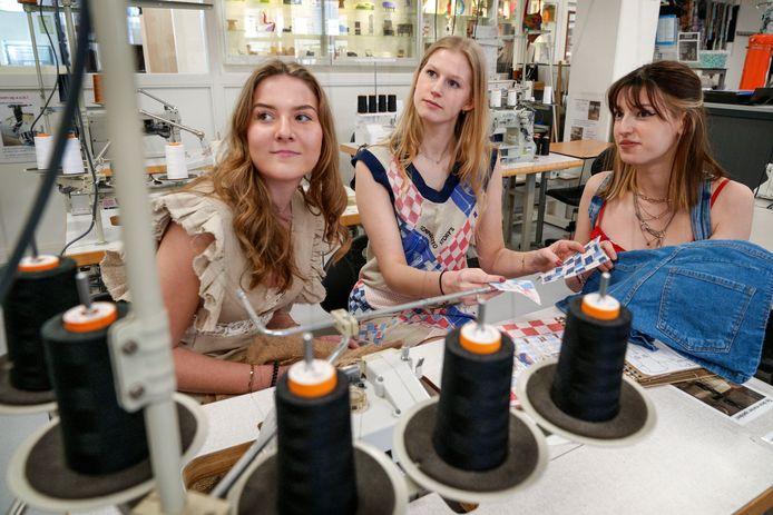 Lieke Lepoutre, Femke Bouwens en Isa van Lent (vlnr) van de opleiding Junior Stylist/Fashion & Design van het Koning Willem I College in Den Bosch lieten zich inspireren door mode uit de oorlog.