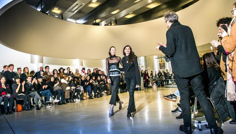 Belgische ontwerpster Léa Peckre (midden rechts) groet het publiek na haar defilé in het Parijse Institut du Monde Arabe. Beeld Stefaan Temmerman