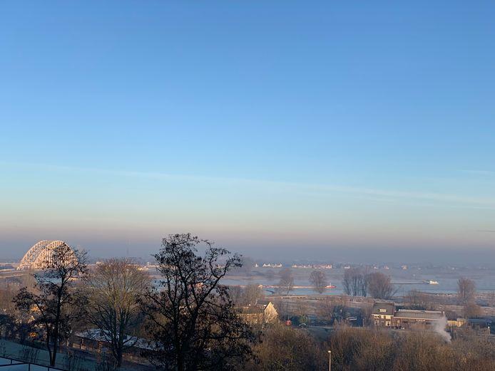 Nijmegen, zicht op de Waalbrug en de Ooijpolder
