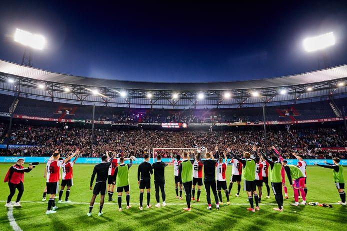 Feyenoord viert de overwinning op FC Drita met de fans.