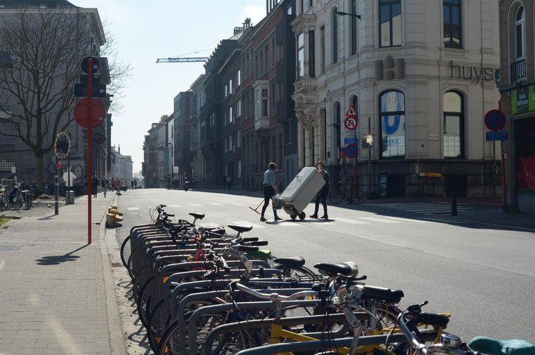 Sint-Pietersnieuwstraat: Geen auto in de buurt, zo gaat oversteken met een koelkast net iets vlotter.
