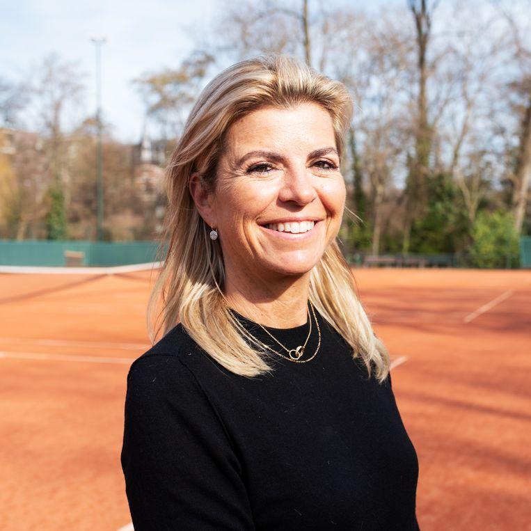 Directeur Hélène Hoogeboom van Renewaball bij de tennisbaan in het Amsterdamse Vondelpark. Beeld Sabine van Wechem