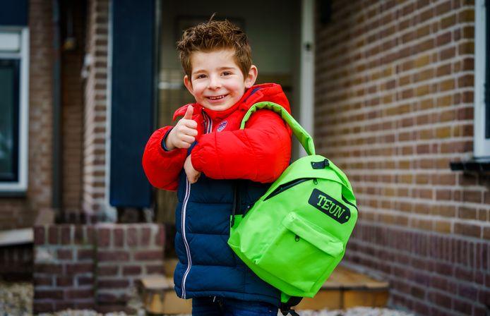 Teun met zijn schooltas. De kinderen van Mendy zijn dolblij dat ze weer naar school mogen. De jongste - Teun - vraagt er al een jaar om, maar moest zijn eerste maand zoomend kennismaken met zijn nieuwe klas.
