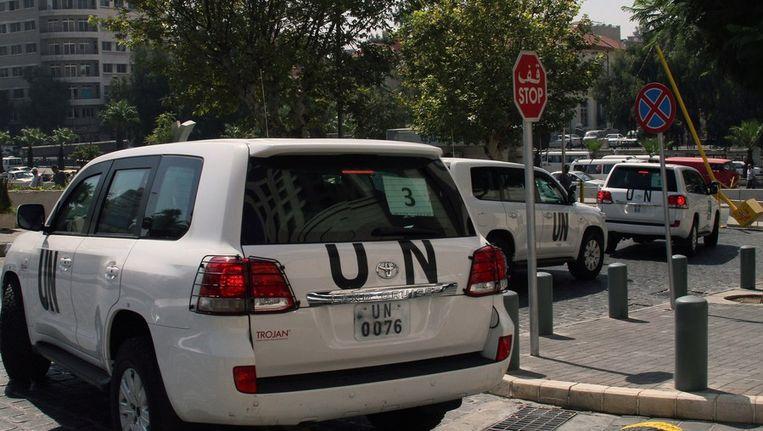 Het VN-konvooi op weg naar de plek waar vorige week de gifgasaanval zou hebben plaatsgevonden. Beeld afp