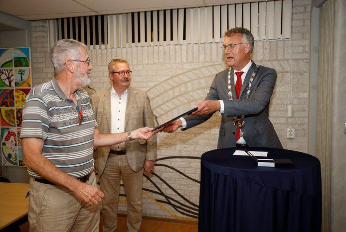 Hans Verbeek heeft de gemeentelijke Blijk van Waardering in Oisterwijk gekregen
