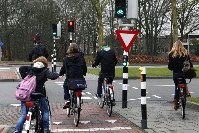 De Fietsersbond adviseert de gemeente om te zorgen voor meer opstelruimte voor stoplichten en om de snorfiets op de rijbaan te laten rijden. Foto ter illustratie.
