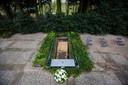 De kist met daarin de romp van een onbekende vrouw werd ter aarde besteld op begraafplaats Sint Barbara in Amsterdam. Rechts naast het graf de bordjes die herinneren aan de graven van andere onbekende doden.