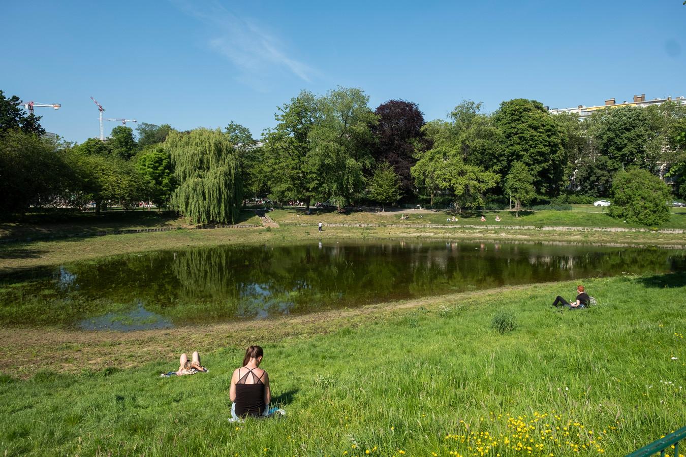 De installatie wordt in het water gezet in het Stadspark (archiefbeeld).