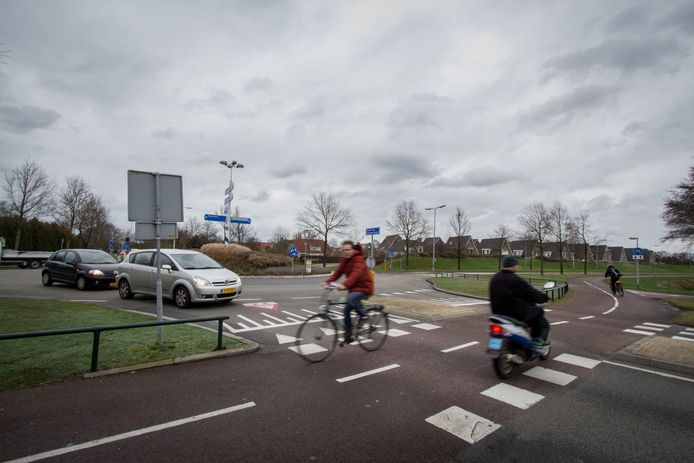 Het Hellendoornse college stelt voor een nieuw vrijliggend fietspad aan de noordkant van de Helmkruidlaan aan te leggen.