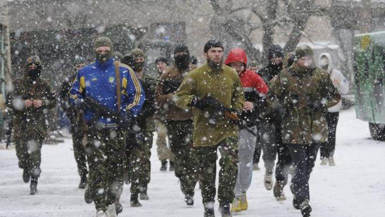 Oekraïense soldaten van het vrijwilligersbataljon Azov in de Oekraïense havenstad Marioepol. Beeld EPA