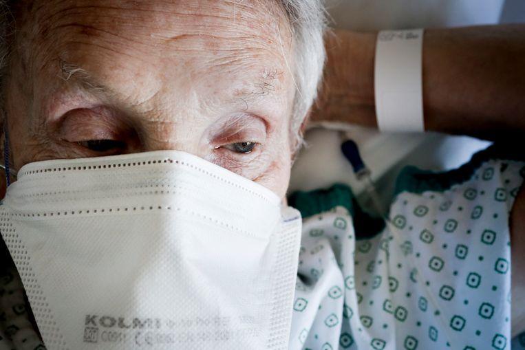 'Wim' (91), patiënt: 'Ik heb vijf overbruggingen en de oorlog meegemaakt, maar dit is iets helemaal anders.' Beeld Lieve Blancquaert