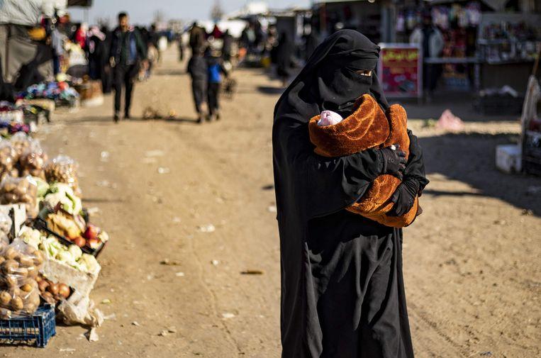 Een vrouw met baby in het Koerdische kamp Al-Hol in Syrië. Beeld AFP