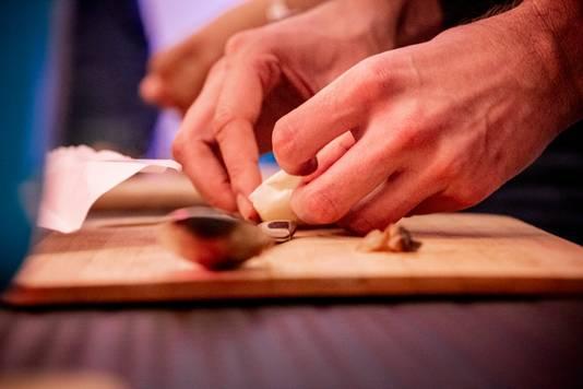 Avant de déguster les plats, il faut mettre la main à la pâte.