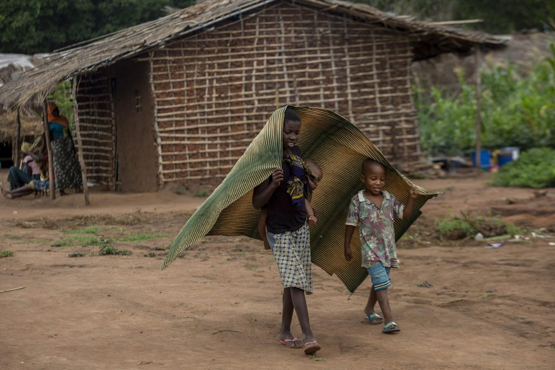 Kinderen in een opvangkamp in het district Chiúre in het noorden van Mozambique. In de kampen vertellen vluchtelingen verhalen over ongekende wreedheden, zo laten hulpverleners weten. Beeld AFP