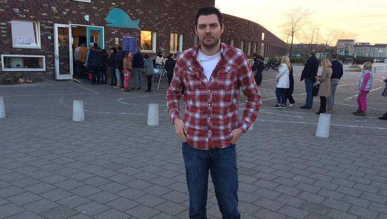 Onze journalist Steven Swinnen volgt de verkiezingen in Nederland op de voet. Nog altijd staan mensen rijtje te schuiven aan de stemlokalen.