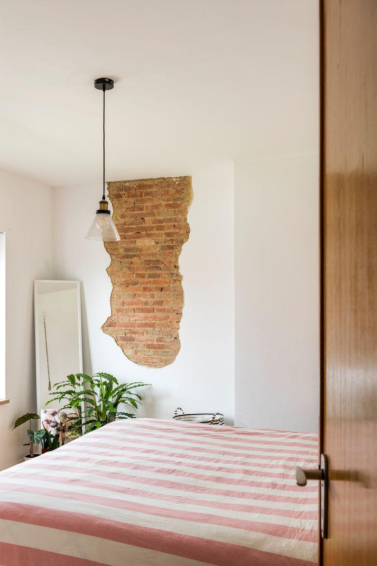 In de slaapkamers heerst rust en sereniteit. Op termijn kan de zolder nog uitgebreid worden met extra kamers, maar voorlopig slapen de jongens samen. Beeld Luc Roymans