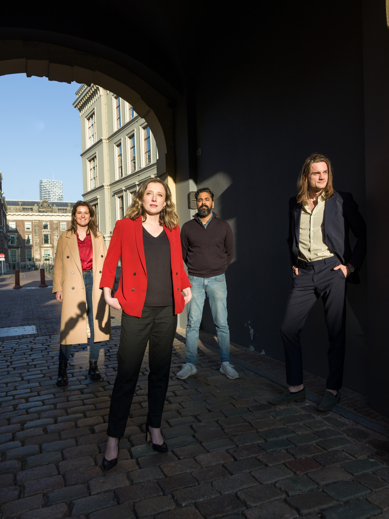 Journalisten Marieke Smits, Marloes Lemsom, Avinash Bhikhie en Rik Rutten op het Binnenhof in Den Haag.