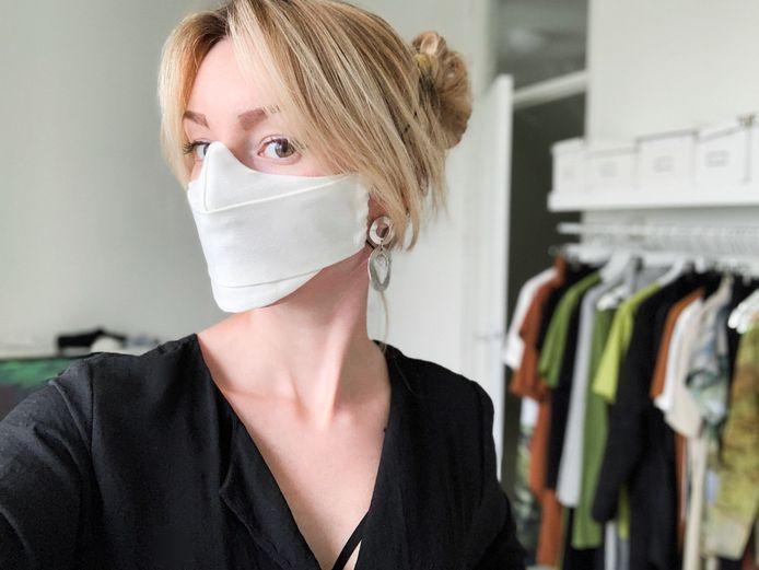 Danya Weevers showt haar mondkapje van gerecyclede tampons.