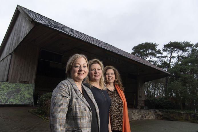 Marieke Ruyter-van der Weide (links), Miranda Scheffer-Beernink (rechts) en Bianca Wolters (midden) willen geld inzamelen voor onderzoek naar medicijn Alzheimer.
