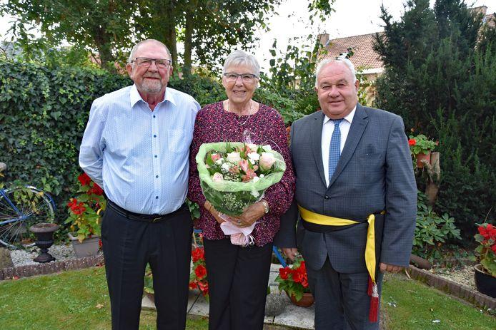 Schepen Marc Vanwalleghem feliciteerde Robert Oda en Rika Bonte met hun jubileum namens het stadsbestuur.