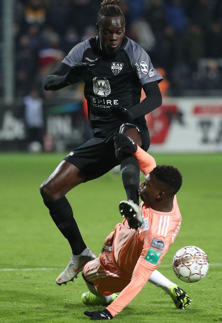 Mamadou Fall (l.) van Eupen nagelt Francis Amuzu tegen de grond. De thuisploeg was vooral in de eerste helft veel gretiger. Beeld BELGA