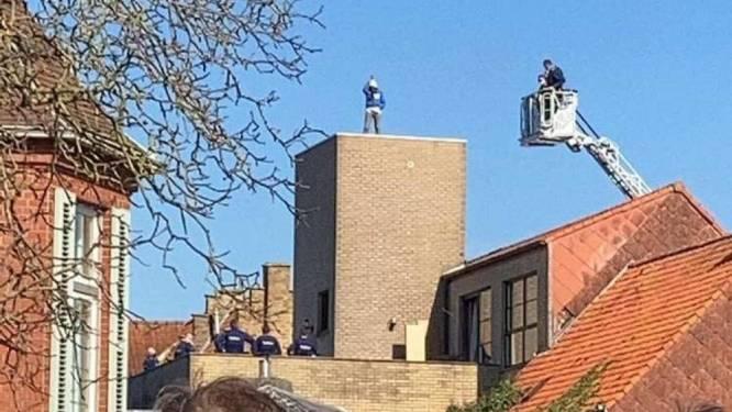 Man met donkere gedachten verschanst zich uren op dak van appartementsgebouw