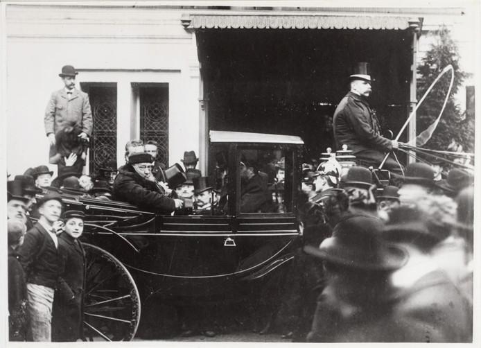 Foto ter illustratie. Bezoek Paul Kruger bij het stadhuis Oudezijds Voorburgwal op 20 december 1900.