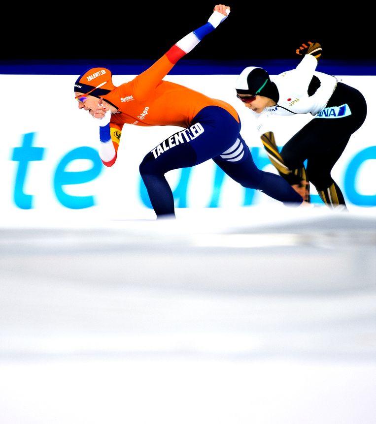Ireen Wust wint in de eindsprint van Miho Takagi en rijdt een nieuw baanrecord in 1:53.101 op de 1.500 meter. Beeld Klaas Jan van der Weij
