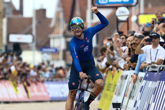 Filippo Ganna bij de finish.