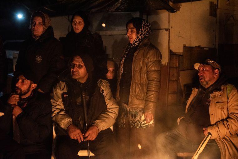 's Avonds bij Pont de Bondy warmt men zich bij het vuur en wachten de Roma een nieuwe aanval af met stokken met spijkers. Beeld Bart Koetsier