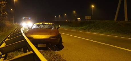 Sleepkabel raakt los op A1: cabrio schiet van de snelweg bij Twello