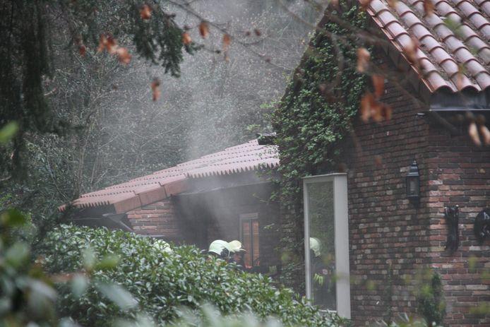 De brand woedde in de kelder van de woning aan de De Ruyterweg in Nijverdal.
