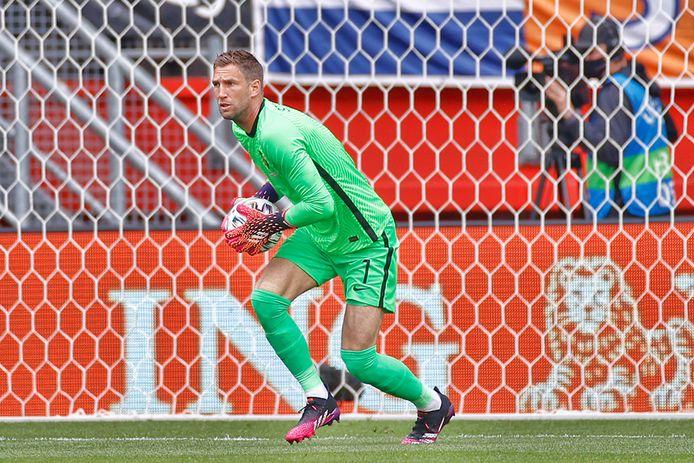 Maarten Stekelenburg in actie tegen Georgië.