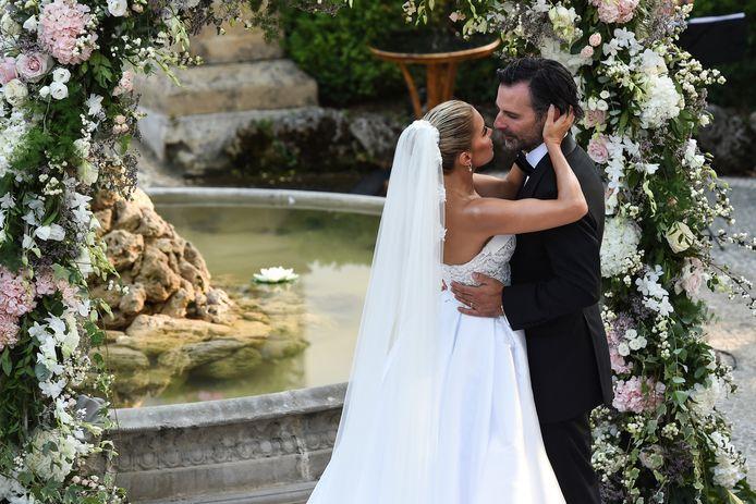 Sylvie Meis en Niclas Castello bezegelen hun huwelijk met een innige kus.
