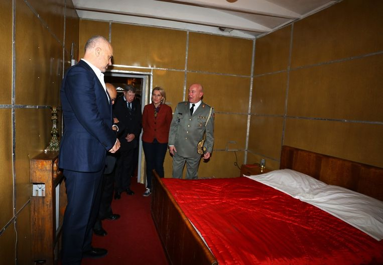 De slaapkamer van voormalig dictator Enver Hoxha in de ondergrondse bunker.