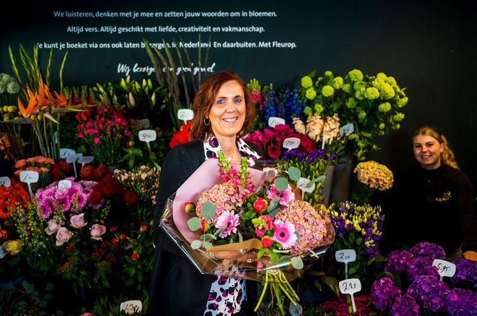 Annette Burgers zoekt een bloemetje uit voor haar stiefmoeder, die ze zondag voor het eerst in 48 jaar op moederdag bezoekt