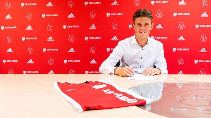 Olivier Aertssen tekent zijn eerste contract bij Ajax.