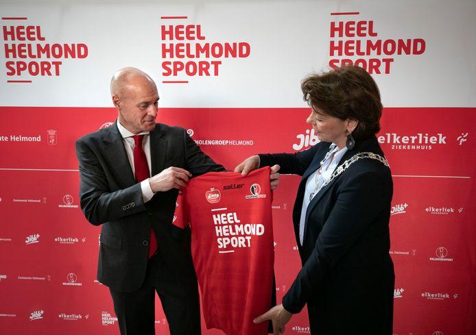 Philippe van Esch overhandigt een Helmond Sport-shirt aan burgemeester Elly Blanksma