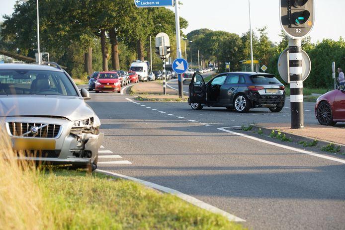 Links de grijze auto, in het midden de zwarte: die twee auto's waren betrokken bij het ongeval.