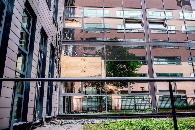 Kogelgaten in een raam van een kantoorpand. Beeld ANP