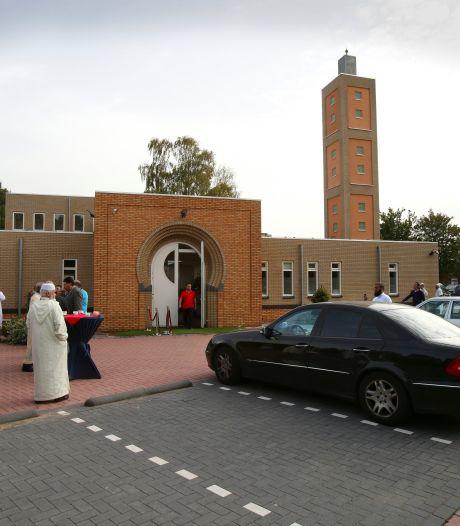 Gorcumse moslims bidden buiten bij viering offerfeest